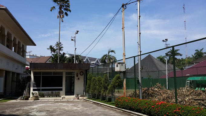 Weep and wonder Illustration 2 Residence of Bank Indonesia in Medan: The part of the 1980s extension situated between the original residence (left) and residence's private tennis court (right). Situation in 2015.
